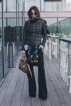 calça flare e jaqueta de couro militar