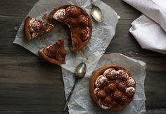 Όταν ένα γλυκό συνδυάζει σοκολάτα , κρέμα , μπισκότο και καραμέλα , τότε η επιτυχία του προμηνύεται σίγουρη . Αυτή τη φορά , έχουμε ίσως λίγο περισσότερα υ