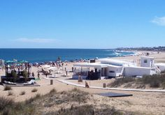 Playa Bikini es la playa más top de La Barra y Punta del Este. En temporada alta está siempre colmada de gente que incluye a los visitantes más famosos de Punta del Este. Uruguay.