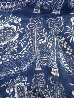 Antique French textiles are très magnifique!