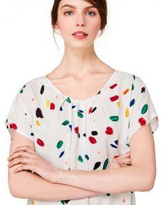 Blusa de gola redonda, em 100% viscose estampada all-over, com mangas curtas kimono e base com rachas laterais e mais comprida atrás. Caracteriza-se por pregas debaixo do decote, que movimentam a superfície da peça à frente e marcam o leve evasé.