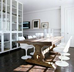 Rustic Modern Dining - Inspiration love the modern white chairs with natural wood table Rustic Chair, Rustic Table, Rustic Wood, Vintage Table, Rustic Floors, Industrial Table, Vintage Chairs, Industrial Design, Dining Room Table