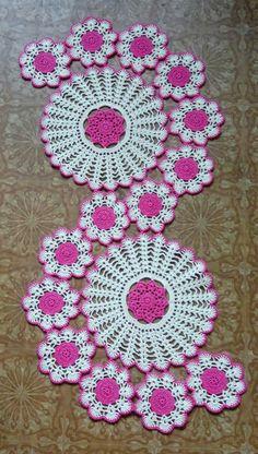 Study In Circles Crochet Motif Table Run Table - Diy Crafts - maallure Diy Crafts Love, Diy Crafts Crochet, Crochet Home, Hand Crochet, Crochet Projects, Crochet Flower Patterns, Crochet Designs, Crochet Flowers, Crochet Table Topper