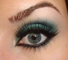 Blue eyeshadow doesn't always look tacky.