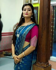 Tamil serial actress Veena Ponappa bio hot images Saree stills Serial actrss hot things images Veena Ponappa serial Saree side view HD images Beautiful Women Over 40, Beautiful Girl Indian, Beautiful Saree, Beautiful Indian Actress, Beautiful Roses, Beautiful Pictures, Fancy Blouse Designs, Saree Blouse Designs, Beauty Full Girl