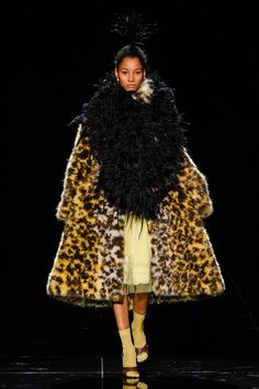 Marc Jacobs sent leopard capes, cropped trousers and Christy Turlington down the runway as he closed out New York fashion week. Live Fashion, Fashion Week, New York Fashion, Runway Fashion, Fashion Trends, Fashion Fall, Daily Fashion, Street Fashion, Fashion Outfits