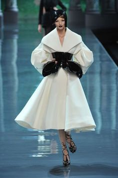 Christian Dior - Haute Couture Fall Winter - Shows - Vogue. Dior Haute Couture, Christian Dior Couture, Couture Mode, Style Couture, Couture Fashion, Runway Fashion, Christian Lacroix, Fashion Week, Fashion Show