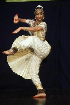 Dance Photography Poses, Dance Poses, Indian Classical Dance, Indian Photoshoot, Indian Art Paintings, Cartoon Faces, Beautiful Women Pictures, Dance Art, Ballet Dancers
