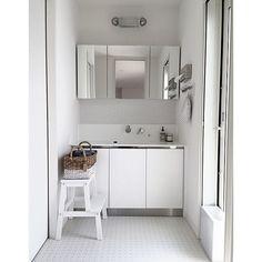女性で、3LDK、家族住まいの洗面所/ウォーターヒヤシンス/ダルトン/サンワカンパニー/バス/トイレについてのインテリア実例を紹介。「勝手にサニタリーシリーズw洗面所のテーマは清潔感✧ IKEAのステップスツールに乗って歯磨きする娘を愛おしく感じる場所(*´艸`*)」(この写真は 2015-04-16 09:55:58 に共有されました)