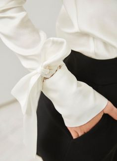 Too soft for my CW. (Might work for another) -- Blusa de seda con lazadas Couture Details, Fashion Details, Fashion Design, Black And White Outfit, Black White, Mode Chic, Inspiration Mode, Carrie Bradshaw, Blouse Dress