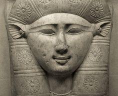 Déesse céleste, mère et nourrice des dieux et des hommes... | Le visage de la déesse <b>Hathor</b>, aux oreilles de vache, mais elle peut se présenter sous l'apparence d'un faucon femelle, d'un cobra (venin mortel), d'une lionne (féroce) ou d'une chatte (Caline). Elle incarne les forces féminines du divin, elle est le feu de l'amour et de la création.