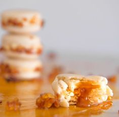 Sweet and delicate recipe for Créme Brulee Macarons. Macaron Filling, Macaron Recipe, Healthy Family Meals, Healthy Snacks, Vanilla Macarons, Vanilla Paste, Almond Flour, Delicious Desserts, Sweet Tooth