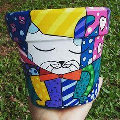 Inspiración Romero Britto Painted Flower Pots, Painted Pots, Plant Painting, Diy Painting, Painted Pavers, Flower Pot Art, Clay Pot People, Terracotta Plant Pots, Cactus Pot