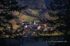 Während des Aufstiegs zur Notkarspitze im Ammergebirge: Blick auf das Kloster Ettal.