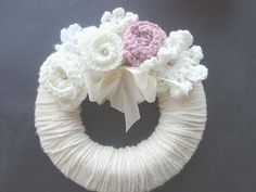 Think Wreaths Are Just A Christmas Thing? This Beautiful Yarn Wreath Will Change Your Mind! Diy Yarn Wreath, Crochet Wreath, Wreath Crafts, Crochet Flowers, Burlap Wreath, Yarn Wreaths, Burlap Ribbon, Mobiles, Crafts To Do