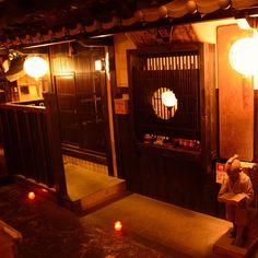 Kyono machi  大阪梅田,东大街商店街上突现京都的街景。 铺满石板地的店内怀旧风格的装潢,河川上架起的桥和砖瓦房顶,难道不像在大阪的中心感受京都吗? 料理也是提供当季的新鲜美味。 和食的大厨们用熟练的手艺制作的无论外表还是味道都很精良的料理,一定会让您心满意足! 全部是雅间。和朋友或情侣想感受京都的时候,请一定光临本店。  住址:大阪府大阪市北区小松原町1-16 MOGO楼3F 营业时间:17:00-23:00 [周五・周六・日・假日]17:00-次日4:00 电话号码:06-6364-2951  提示K-CARD优惠10% ※不可以和其他优惠券一起使用  #osaka #cafe #umeda #kcard #japan #followme #japanesefood #osaka #kita #shinsaibashi #minami #namba #kyoto  #gohann #chickenrice #chicken
