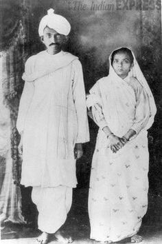 Mohandas Gandhi was born in Porbandar, Gujarat India in October 1869 but his family moved to the town of Rajkot when he was only seven years old. Gandhi attended an all boy school when he was about seven years old in Rajkot. Rare Pictures, Rare Photos, Old Photos, Mahatma Gandhi, Gandhi Life, World History Facts, Bollywood Funny, History Of India, Wrestling
