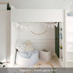 Ein Platz zum Träumen unter dem Hochbett: Sitzsack und Wimpelkette lassen Gemütlichkeit aufkommen.Das ganze Kinderzimmer auf roomido.com #roomido