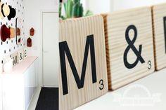 Letras de madera scrabble: Cuisine, o G E junto a mesilla (o Mr Mrs)