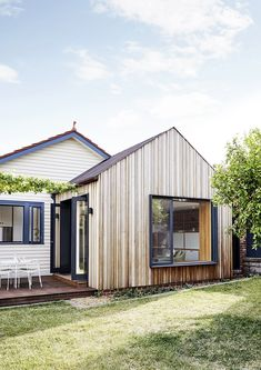 An innovative and contemporary response to a classic Californian bungalow restoration in Melbourne's north, Coburg House by Lisa Breeze Architect. Bungalow Extensions, House Extensions, Backyard Studio, Modern Backyard, Bungalows, Bungalow Renovation, Bungalow Exterior, Bungalow House Design, Recycled Brick