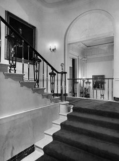 View of the Grand Staircase leading from the entrance Hall to the second floor living quarters of the White House, August During the renovation the sta. White House Rooms, White House Usa, White House Interior, White House Tour, Grand Staircase, Staircase Design, White House Washington Dc, White House Christmas Tree, Les Kennedy
