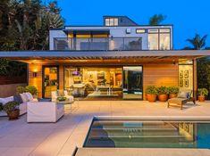 Удачная конструкция модульного дома дополнена открытым бассейном, который освежает экстерьер дома.