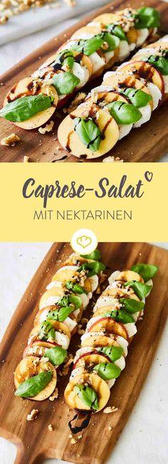 Statt Tomaten haben sich in diesen Caprese-Salat fruchtige Nektarinenscheiben verirrt. Die nächste Grillparty kann kommen!