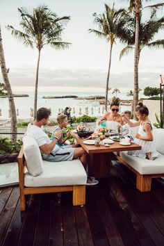 Happy Family - Hawaii Travel Guide: 9 Things To Do At The Four Seasons Oahu Cute Family, Family Goals, Happy Family, Family Life, Big Family, Disney Family, Voyage Hawaii, Life Goals Future, Summer Family Photos