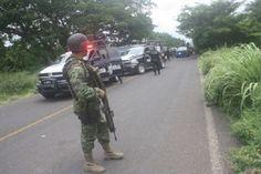 Los hechos ocurrieron en una brecha a unos 15 kilómetros rumbo a la sierra que conduce a Coalcomán, donde los presuntos delincuentes al ver un convoy con soldados abrieron fuego; ...