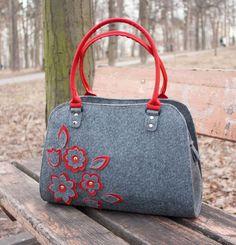 Ostentare il tuo amore per le borse di classe mediante la realizzazione di questa borsa in feltro con fiori rossi. Realizzato in feltro, questa borsa spaziosa vi permetterà di roba tua essentials con facilità. Fai la tua dichiarazione valoroso con questa borsa di feltro. MISURE ● Larghezza inferiore – 14,4 (36 cm) ● Altezza – 13,6 (34 cm) ● Profondità – 4,8 (12 cm) ● Lunghezza maniglia – 20 1 ⁄ 2 (52 cm) ● Manici – 8,8 (22 cm) ● Peso circa – 15 oz (425 g) CARATTERISTICHE ● Media dimension...