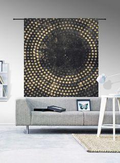 Combineer het wandkleed Cala met leuke houten meubelen, gouden accessoires en mooie grote planten. #wandkleed #accessoires #interieur