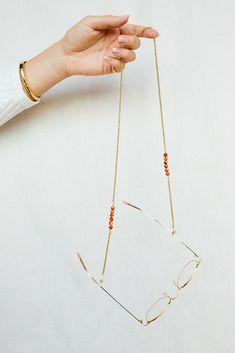 Eyewear strap made of Orange Botswana gemstones, eyewear accessories Eyewear Shop, Eyewear Trends, Diy Glasses, Optical Eyewear, Beaded Bracelet Patterns, Bracelet Crafts, Jewelry Photography, Jewelry Accessories, Creations