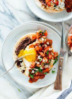 This classic huevos rancheros recipe features fresh pico de gallo on top. Huevos rancheros is a vegetarian Mexican breakfast with eggs, tortillas and salsa. Vegetarian Mexican, Vegetarian Recipes, Healthy Recipes, Vegetarian Eggs, Huevos Rancheros, Healthy Comfort Food, Healthy Snacks, Dinner Healthy, Breakfast Healthy