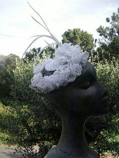 Tocado de novia.  Base en rafia,flores en sinamay biots blancas,sobre decoraracion floral en muselina. Impertinentesatelier@gmail.com
