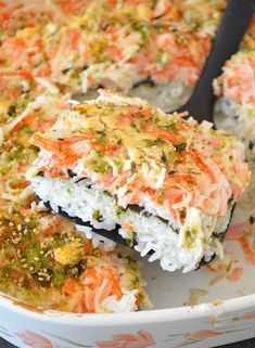"This is a Sushi Bake! It's basically the best parts of a giant California roll made larger and requires no special sushi chef skills! This ""casserole"" is filled with a mouth-watering mayo/crab meat mixture, rice, nori, and topped with a yummy and sim Seafood Recipes, Dinner Recipes, Cooking Recipes, Guam Recipes, Sushi Burger, Sushi Chef, Sushi Sushi, Sushi In A Bowl, Dessert Sushi"