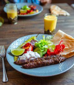Pakistansk seekh kebab - ZEINAS KITCHEN Kebab, Bulgur Salad, Zeina, Cobb Salad, Ethnic Recipes, Kitchen, Food, Pizza, Cilantro
