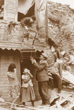 OĞUZ TOPOĞLU : sulukule yerleşik yaşamından kesitler 1976 - eski ... Middle East Culture, Urban Architecture, History Photos, Yesterday And Today, Ottoman Empire, Historical Pictures, Istanbul Turkey, Black And White Pictures, Old Photos