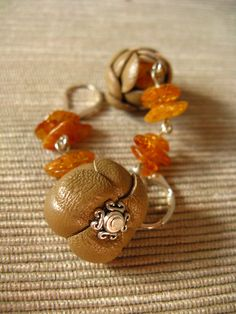 Orecchini in vera pelle marrone chiaro con gemme in ambra - Light brown real leather earrings with amber beads