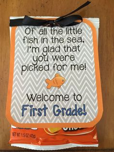 to School gift tag for students Also, here is a link to a fun back to school fish related craft: www.Back to School gift tag for students Also, here is a link to a fun back to school fish related craft: www. Back To School Night, 1st Day Of School, Beginning Of The School Year, Back To School Gifts For Kids, Middle School, High School, School Starts, School 2017, School School