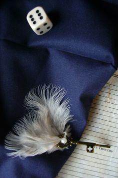 Ravissante épingle à cheveux vintage de couleur bronze inspirée des clefs volantes d'Harry Potter à l'Ecole des Sorciers, à plumes et perle blanche imitation perle de culture.    Disponible ici : https://www.alittlemarket.com/accessoires-coiffure/epingle_a_cheveux_clef_volante_vintage_a_plumes_et_perle-2337495.html
