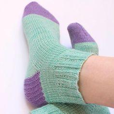 Patrón básico para tejer calcetines top – down | Pim, pam, teje Wintry Weather, Knit Stockings, Twist Outs, Knitting Needles, Winter Season, Hosiery, Socks, Wool, Stitch