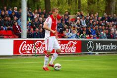 Jong Ajax heeft vanmiddag de eerste oefenwedstrij van het nieuwe seizoen met 5-0 gewonnen van HVV Holandia. Jong Ajax speelde in de eerste helft met een andere opstelling en een aantal andere spelers dan in de tweede helft. Robert Muric (foto), Sam Hendriks, Zakaria El Azzouzi (2x) en Queensy Menig waren verantwoordelijk voor de gemaakte doelpunten tegen Hollandia. Dragi Gudelj, het broertje van Nemanja begon in de basis
