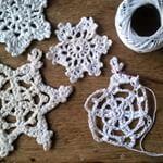 Het word steeds kouder...Hierdoor geinspireerd, ben ik #sneeuwvlokjes aan het #haken #crochet #crochetaddict #haakwerk #hakeln #sneeuwvlok #Good2get . . It's getting colder and colder...Inspired by the weather, I am making #snowflakes #funtodo #snow #etoilesdeneige #snowstars #yarnaddict
