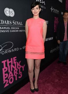 Anne Hathaway com seu Shift Dress coral lindíssimo!  http://vilamulher.terra.com.br/moda/estilo-e-tendencias/shift-dress-democratico-e-elegante-14-1-32-2777.html