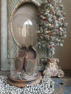 Oude schoentjes in stolp