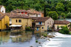 Foto's van Borghetto sul Mincio bij het Gardameer | Gardameer-Nu Old Town Italy, Lake Garda, Going On Holiday, Never Stop Exploring, Verona, Places Ive Been, Beautiful Places, Hotels, Camping