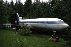 Um norte-americano chamado Bruce Campbell é tão fã de aviões que decidiu morar dentro de um. De acordo com o site Inhabitat, o homem comprou um Boeing 727-200 por US$ 100 mil (cerca de R$ 200 mil), e colocou a carcaça no meio de uma mata no estado de Oregon, EUA.  Além da compra do objeto, Campbell também precisou pagar US$ 17 mil pelo transporte do avião, desde um aeroporto até o seu destino final.