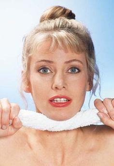 Ejercicios contra la papada - Gimnasia facial para una piel más tersa - Los ejercicios específicos para evitar la papada existen y son muy sencillos. Lo único que necesitas es armarte de una toalla pequeña. ¿Qué hay que hacer? Ejercicio 1...