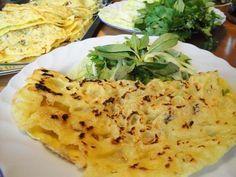 Diese knusprigen Pfannkuchen werden aus Reismehl hergestellt und zusammen mit Krabben, Zwiebeln, Bohnensprossen und Schweinefleisch in der Pfanne gebraten. Danach isst man sie unbedingt mit einer angemachten Fischsoße und vielen Kräutern und frischem Salat.