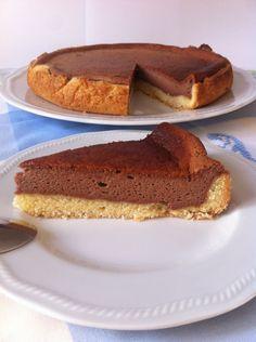 Il cheesecake alla Nutella è un dolce semplice e leggero. E' racchiuso in un morbido guscio di pasta frolla ed è preparato con pochissim